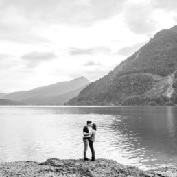 Paarshooting mit romantischen Paarbildern in den Bergen am See von Hochzeitsfotograf Veronika Anna Fotografie aus Niederbayern.
