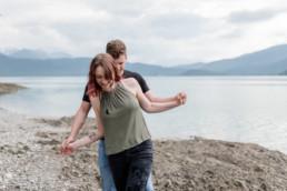 Blaue Berge und der Walchensee. Der Fotohintergrund bei diesen Paarfotos, entstanden am Walchensee mit Veronika Anna Fotografie.