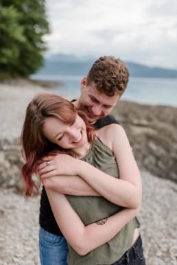 Wundervolle Momentaufnahem von Veronika Anna Fotografie aus Straubing bei Paarshooting am Walchensee