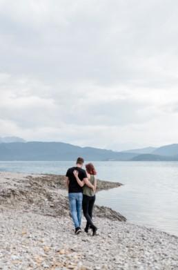 Natürliche Paarfotos entstanden am Walchensee beim Shooting mit Veronika Anna Fotografie. Hochzeitsfotograf Walchensee.