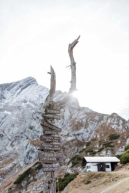 Holzwegweiser in den garmischer Bergen, Apspitze. Fotografiert von Veronika Anna Fotografie, Straubing.