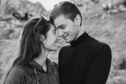 Romantische Paarfotos in den Bergen bei Garmisch, fotografiert von Veronika Anna Fotografie aus dem bayerischen Wald.