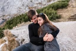Romantische Pärchenfotos in den Bergen, aufgenommen von Hohzeitsfotografin Veronika Anna Fotografie aus dem bayerischen Wald.