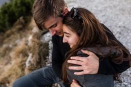 Natürliche Paarfotos in den Bergen, aufgenommen von Veronika Anna Fotografie aus Straubing.