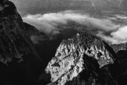 Aufnahme Monochrom Berge Garmisch von Hochzeitsfotografin Veronika Anna Fotografie.