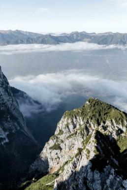 Berge und Wolken im Gebirge Garmisch von Veronika Anna Fotografie.