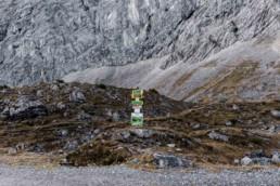 Wegweiser in den Bergen. Bergtour Garmisch aufgenommen von Veronika Anna Fotografie.