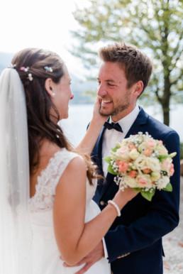 Natürliche Paarfotos von Hochzeitsfotografin Veronika Anna Fotografie. Aufnahme von Herbsthochzeit Hochzeitsfotograf Kochelsee.