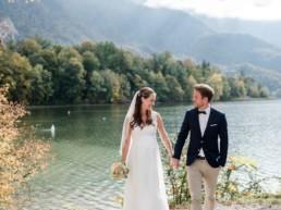 Romantische Herbsthochzeit am Kochelsee. Paarfoto von Hochzeitsfotografin Veronika Anna Fotografie.