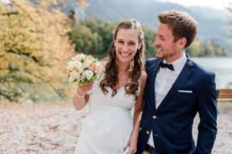 Natürliche Hochzeitsfotografie, wie hier bei einer Herbsthochzeit am Kochelsee, fotografiert von Veronika Anna Fotografie.