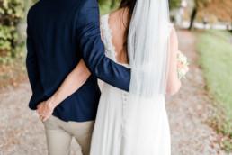 Paarfotos und Hochzeitsfotos im natürlichen Stil, wie diese Aufnahme am Kochelsee von Hochzeitsfotografin Veronika Anna Fotografie aus Niederbayern.