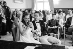 Echte Emotionen am Hochzeitstag, festgehalten im Standesamt am Kochelsee von Hochzeitsfotografin Veronika Anna Fotografie.
