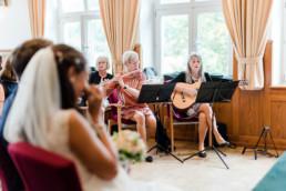 Hochzeitsfotograf Kochelsee, Momentaufnahmen der standesamtlichen Hochzeit am Kochelsee von Hochzeitsfotografin Veronika Anna Fotografie.
