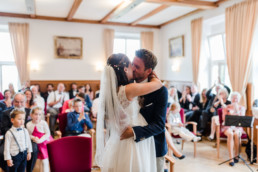Fotograf Kochelsee Hochzeitsfoto vom Standesamt am Kochelsee fotografiert von Hochzeitsfotografin Veronika Anna Fotografie.