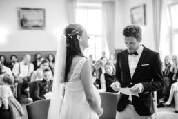 Hochzeitsfotos in Schwarz/Weiß im Standesamt Kochel am See von Hochzeitsfotografin Veronika Anna Fotografie.