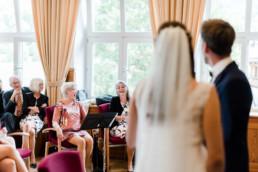 Standesamtliche Hochzeitsfotos am Kochelsee fotografiert von Hochzeitsfotografin Veronika Anna Fotografie.