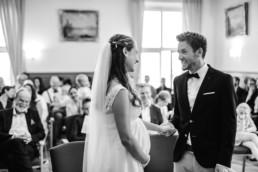 S/W Aufnahme vom Brautpaar im Standesamt Kochel am See von Hochzeitsfotografin Veronika Anna Fotografie Hochzeitsfotograf Kochelsee.