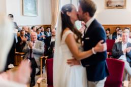 Hochzeitsfoto vom Brautpaar Kuss im Standesamt zu Kochel am See.