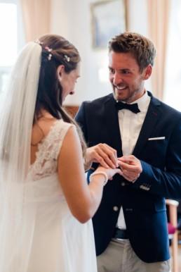 Ringtausch bei standesamtlicher Trauung am Kochelsee, Fotos von Hochzeitsfotografin Veronika Anna Fotografie aus Straubing. Hochzeitsfotograf Kochelsee