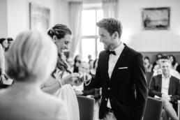 Standesamtliche Trauung Monochrom fotografiert von Hochzeitsfotografin Veronika Anna Fotografie.