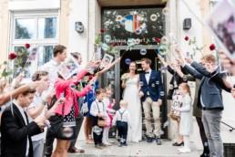 Hochzeitsfotograf Kochelsee, Hochzeitsfotos am Kochelsee. Brautpaar beim Auszug aus dem Standesamt fotografiert von Veronika Anna Fotografie.