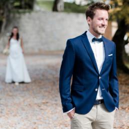 Bräutigam wartet auf die Braut. First look vom Hochzeitsshooting im Herbst am Kochelsee, Hochzeitsfotografin Veronika Anna Fotografie, Fotograf Kochelsee.
