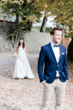 Hochzeitsfoto First Look Braut und Bräutigam am Kochelsee, von Veronika Anna Fotografie aus Straubing.
