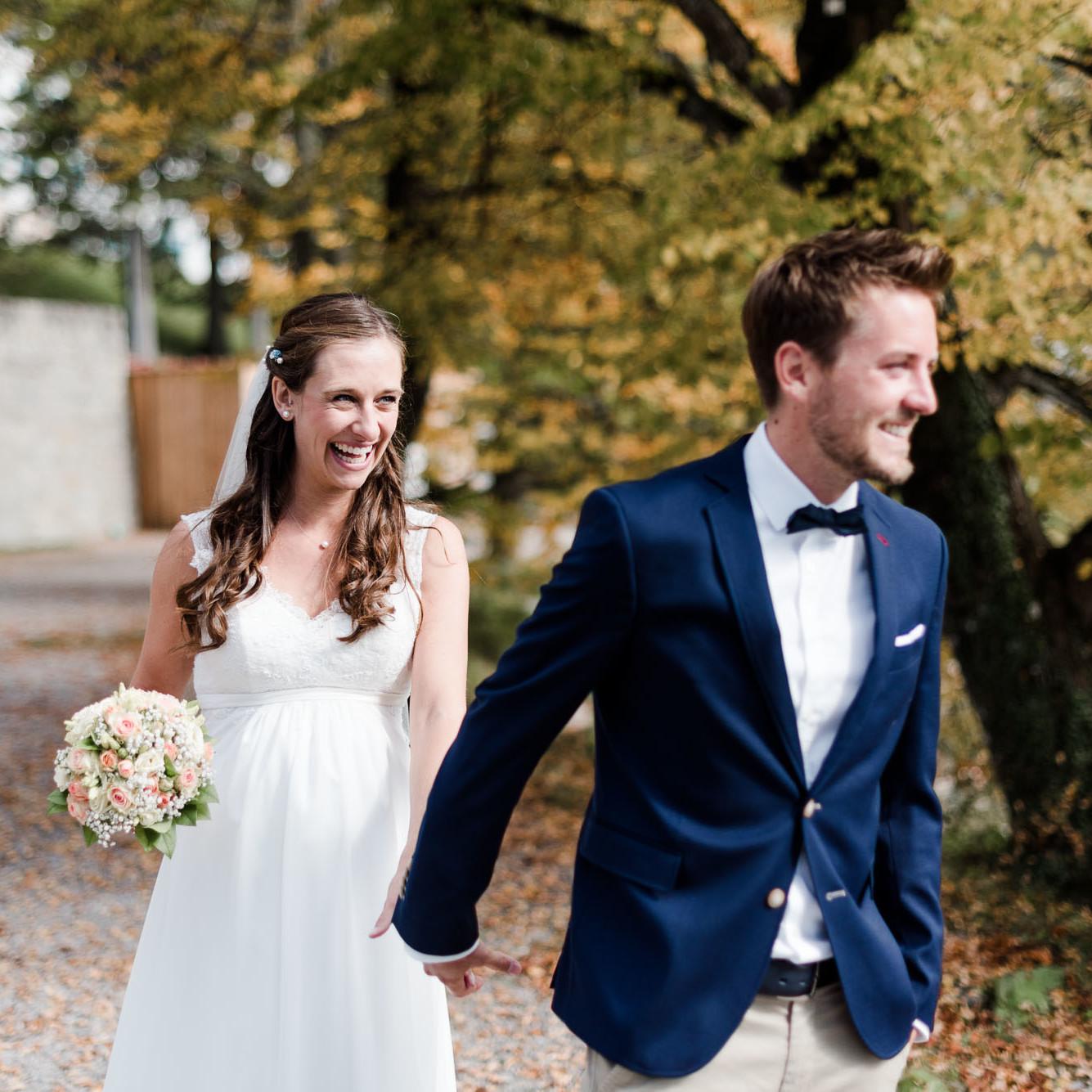 Hochzeitsfotograf Kochelsee, Natürliches Paarfoto der Herbsthochzeit, aufgenommen von Hochzeitsfotografin Veronika Anna Fotografie am Kochelsee.