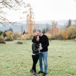 Hochzeitsfotograf Straubing, Verlobungsshooting am Harlachberg. Natürliche Paarfotografie von Veronika Anna Fotografie aus dem bayerischen Wald.