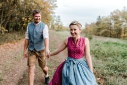 Paarfotos, aufgenommen im bayerischen Wald in Trachtenmode. Verlobungsshooting bei Veronika Anna Fotografie aus Niederbayern.