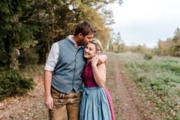 Ungestellte Fotos, Paar in Tracht, beim Paarshooting von Veronika Anna Fotografie aus Straubing, Fotograf bayerischer Wald.