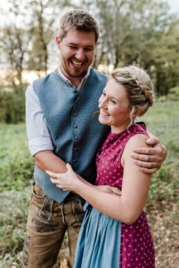 Bayerischer Wald, Bogenberg. Romantische Paarfotos von Hochzeitsfotografin Veronika Anna Fotografie.