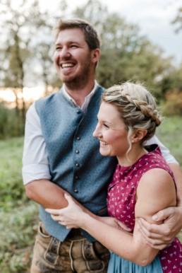Heiraten in Tracht. Authentische Paarfotos aus dem bayerischen Wald von Hochzeitsfotografin Veronika Anna Fotografie. Hochzeitsfotografie bayerischer Wald.
