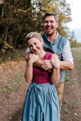 Hochzeitsfotograf Straubing, Hochzeit in Tracht. Paarfotos aufgenommen im bayerischen Wald von Veronika Anna Fotografie aus Straubing.