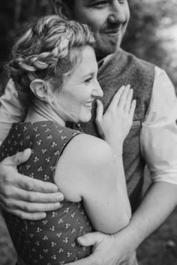 Monochrome Aufnahme, bayerischer Wald. Paarfotos von Veronika Anna Fotografin, Hochzeitsfotografin aus Straubing, Hochzeitsfotograf bayerischer Wald.