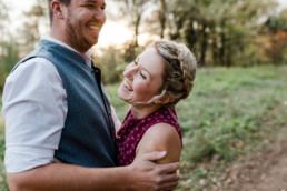 Hochzeitsfotograf München, Echte Momente, natürliches Paarshooting bei Abendsonne mit Hochzeitsfotografin Veronika Anna Fotografie, bayerischer Wald.
