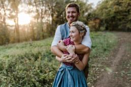 Authentische Paarfotos im bayerischen Wald. Verlobungsshooting von Hochzeitsfotografin Veronika Anna Fotografie aus Niederbayern.