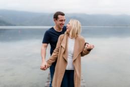 Romantisches Outdoor-Shooting zur Verlobung am Kochelsee mit Fotografin Veronika von Veronika Anna Fotografie.