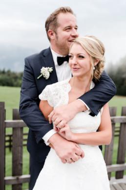 Ein glücklicher Bräutigam mit seiner Frau