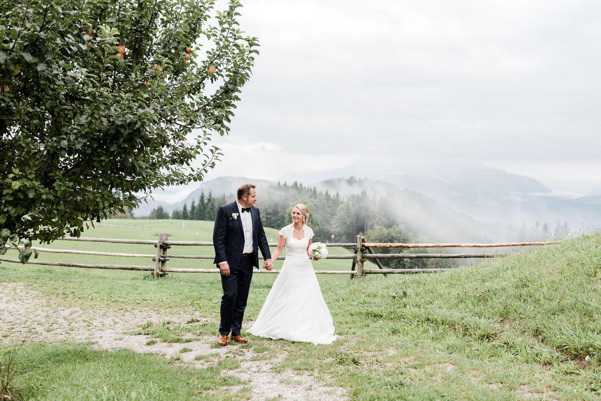 Pärchenshooting zur Hochzeit, Braut und Bräutigam in den Bergen