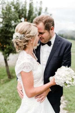 Braut und Bräutigam in inniger Umarmung