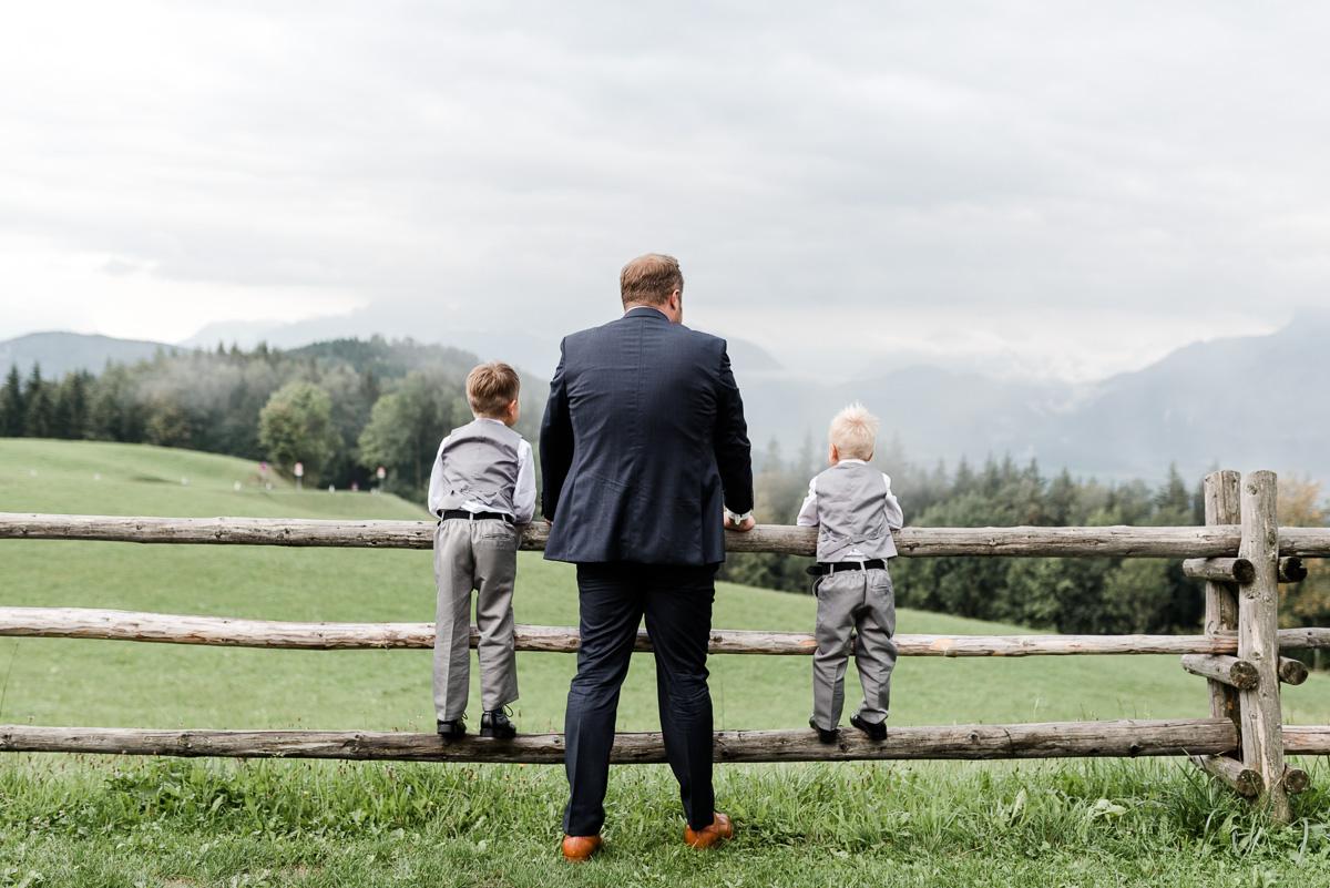 Der Bräutigam und seine kleinen Jungs, mit dem Blick in die Ferne.