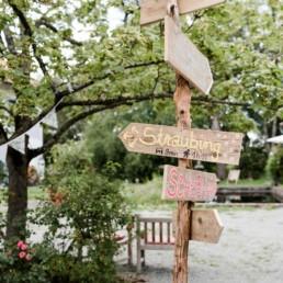 Dekoideen mit Holz Wegweiser und Holzdeko für Hochzeiten im Bayerischen Wald, fotografiert von Hochzeitsfotografin Veronika Anna Fotografie