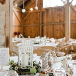 Idee für Tischdekoration für Scheunenhochzeit in Straubing im Bayerischen Wald, fotografiert von Hochzeitsfotografin Veronika Anna Fotografie