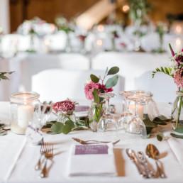 nachhaltig heiraten tipps zur nachhaltigkeit für hochzeiten für schöne natürliche Tischdekoration aus Blumen und Vasen