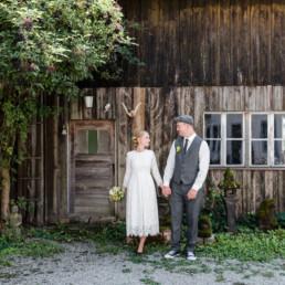 Brautpaarfotos vor Scheunen Holzwand von Hochzeitsfotografin Veronika Anna Fotografie, Portrait von Kristina und Basti bei ihrer Hochzeit in Salching bei Straubing
