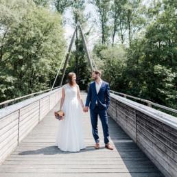Brautpaarfoto in Ismaning an der Isar bei der Sommerhochzeit von Joana und Jan in München, fotografiert von Hochzeitsfotografin Veronika Anna Fotografie, Hochzeitsfotograf München
