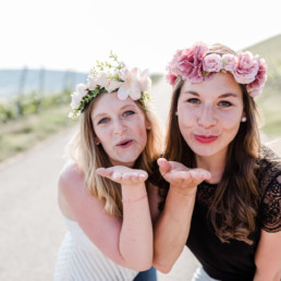 Mädls Fotos mit Blumenkranz