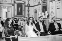 Fotografie Monochrom von Brautpaar und ihren Trauzeugen im Standesamt Ismaning
