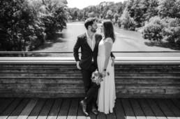Brautpaar auf der Brücke fotografiert von Veronika Anna